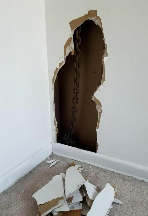 Таинственная цепь за стеной. | Фото: pixmafia.com.