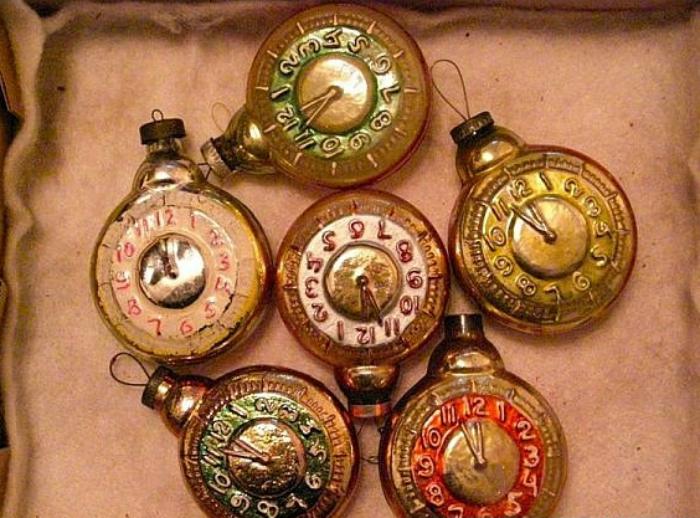 Стеклянные игрушки в виде часов, которые напоминают о приближении Нового Года.