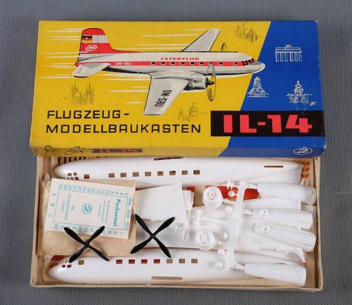 Пластмассовая сборная модель самолета IL-14.