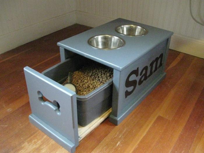 Кормушка для собак с отделением для хранения сухого корма.
