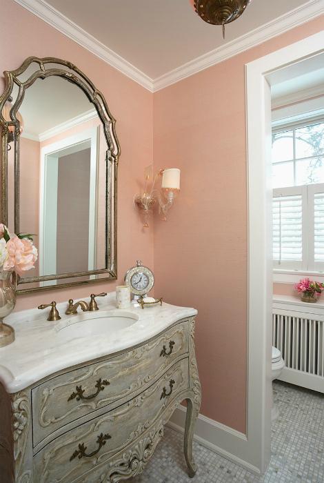 Ванная комната с абрикосовыми обоями.