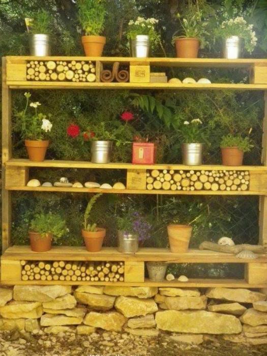 Уличный стеллаж для дров. | Фото: Recycled Crafts.