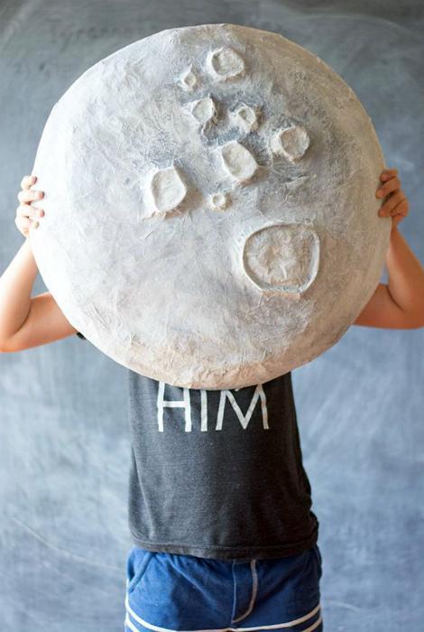 Макет луны из папье-маше.