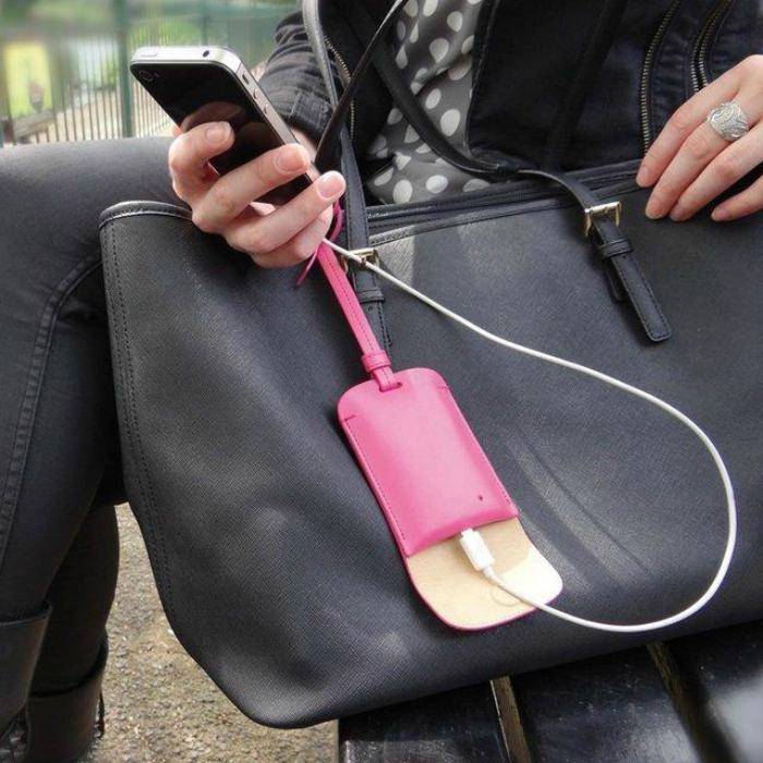 Бирка для сумки со скрытым зарядным блоком.