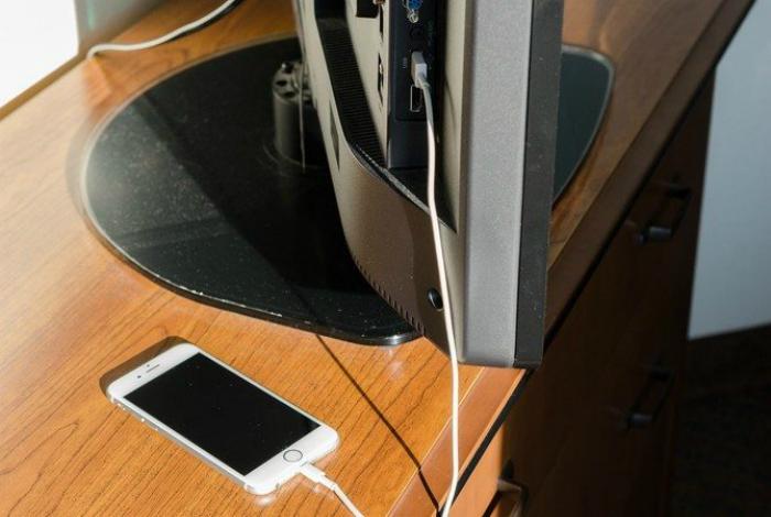 Зарядка телефона через телевизор.