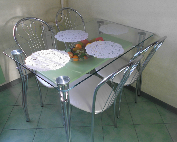 Стеклянный стол на кухне. | Фото: Яндекс.