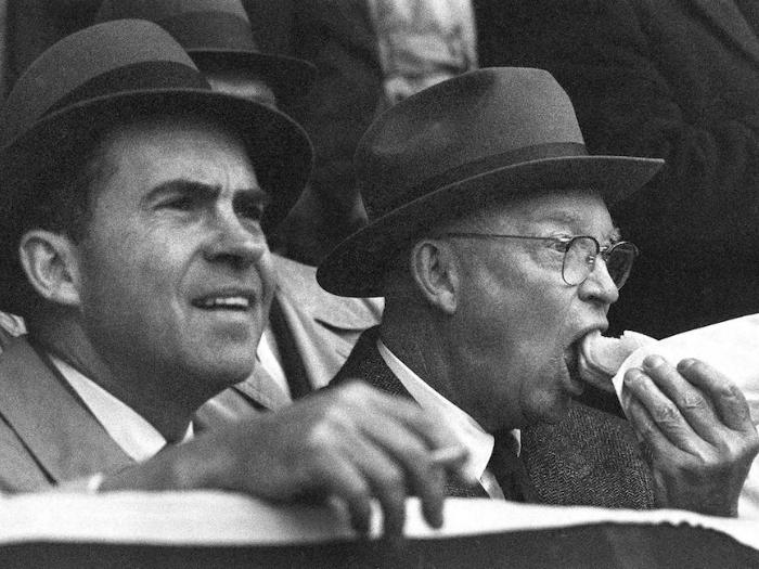 1960 год. Дуайт Эйзенхауэр, ест хот-дог с Ричардом Никсоном, наблюдая за бейсбольным матчем между Вашингтонскими сенаторами и Бостон Рэд Сокс.