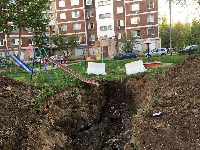 По мнению Novate.ru, наши детские площадки - лучшая школа жизни. | Фото: Пикабу.