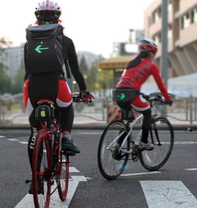 Рюкзак SEIL с ярким светодиодный дисплеем, информирующим участников дорожного движения о действиях и намерениях велосипедиста.