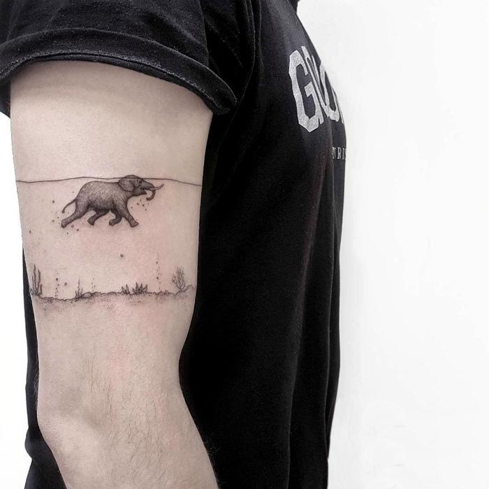 Татуировка с изображением плывущего слоника.