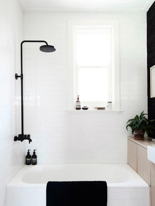 Контрастное сочетание черного и белого в интерьере небольшой ванны.