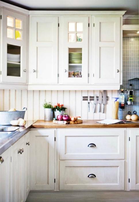 Белая мебель для небольшой кухни.