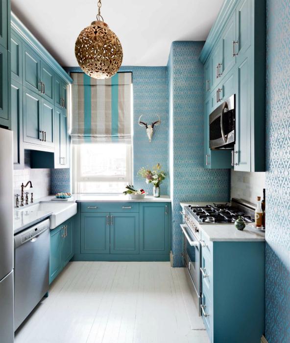 Небольшая кухня в голубых оттенках.