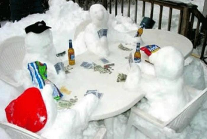 Веселая компания снеговиков, играющих в покер.