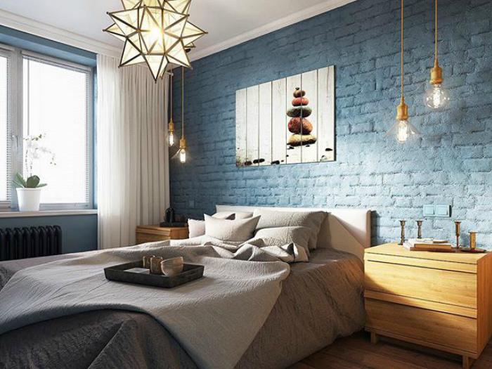 Спальня с синими стенами.