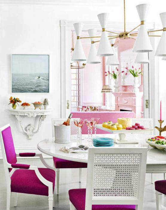Белоснежная столовая с ярко-розовыми акцентами.