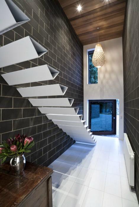 Стильная бескаркасная лестница.