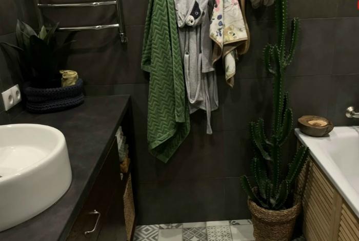 Искусственные растения в интерьере ванны. | Фото: Инросстрой.