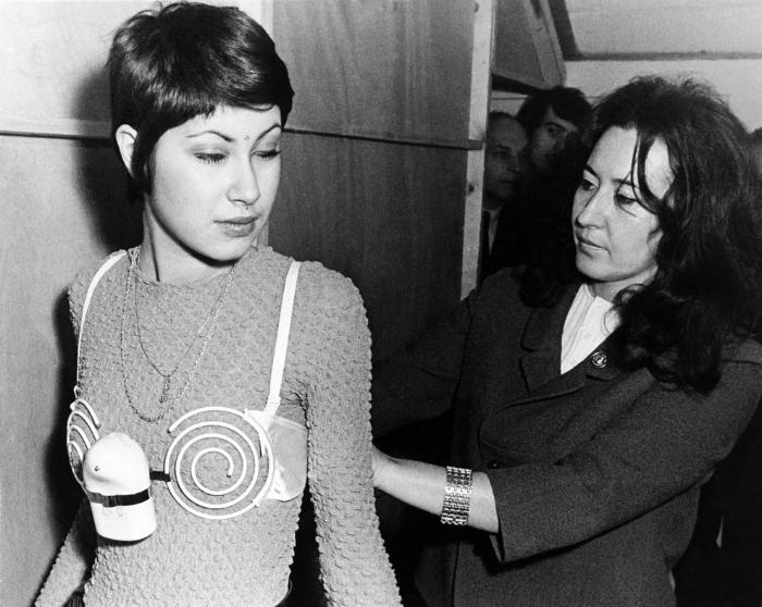 Вибрирующий бюстгальтер для укрепления женской груди. 1971 год.