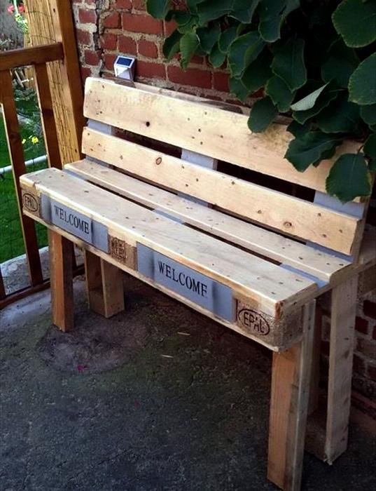 Скамейка из поддонов. | Фото: decoomo.com.