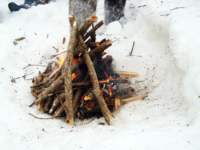 Использование сахара для розжига костра.