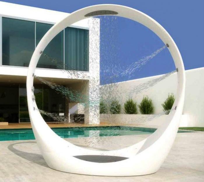 Дизайнерский душ в виде петли.