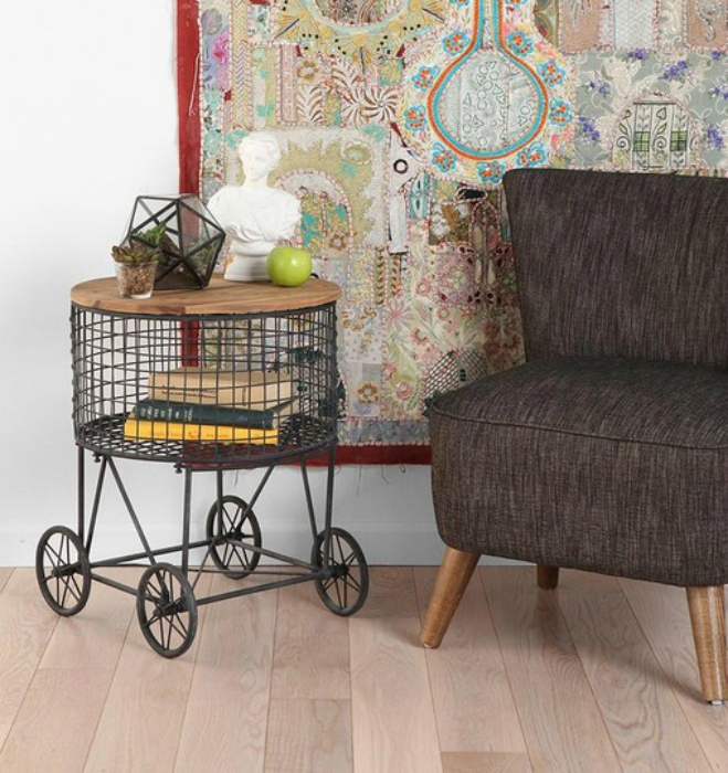 Столик-корзинка от Urban Outfitters.
