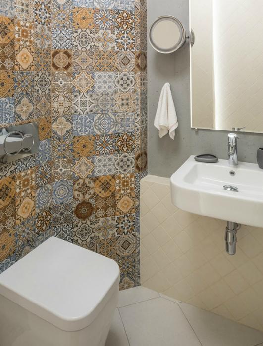 Туалет с акцентной стеной.