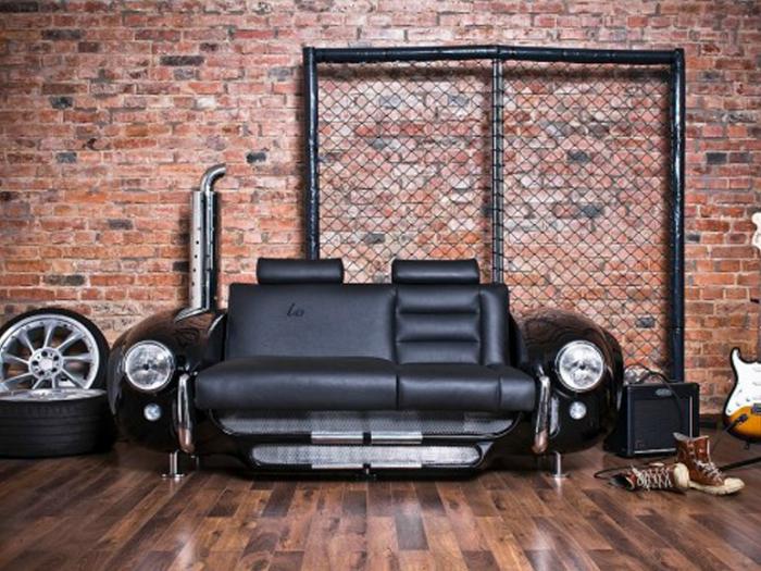 Стильный кожаный диван, оформленный под автомобиль.