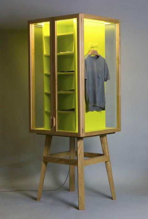 Платяной шкаф со стеклянными дверцами.