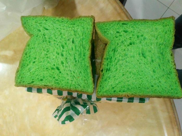 Хлеб с пандановым соком. | Фото: Пикабу.