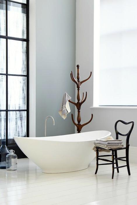 Светлая ванная в нейтральных тонах.