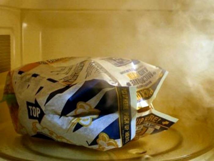 Отделить нераскрытые зерна попкорна.