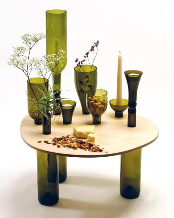 Кофейный столик из небольшой столешницы и винных бутылок.