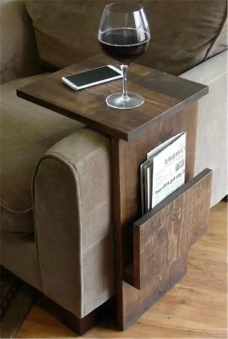 Приставной столик из дерева.