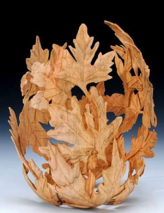 Ваза из кленовых листьев.