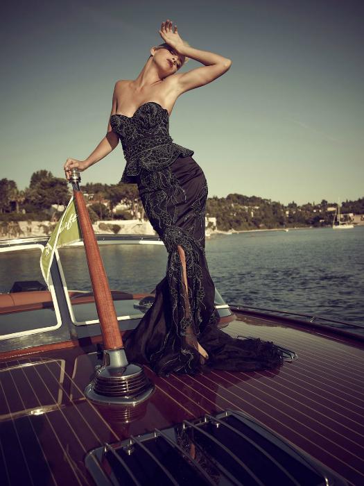 Роскошное платье, сшитое вручную из крепдешина, атласа и шифона, полностью инкрустированное белыми и черными бриллиантами в золотой оправе. Вес наряда – 13 кг.