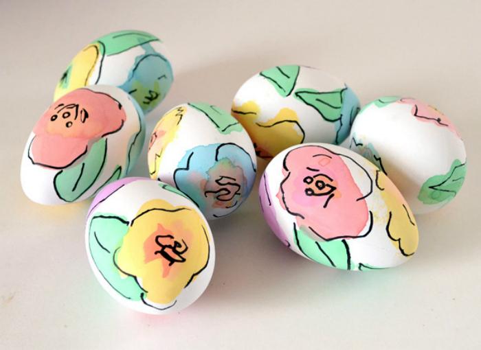 Пасхальные яйца, украшенные цветами.