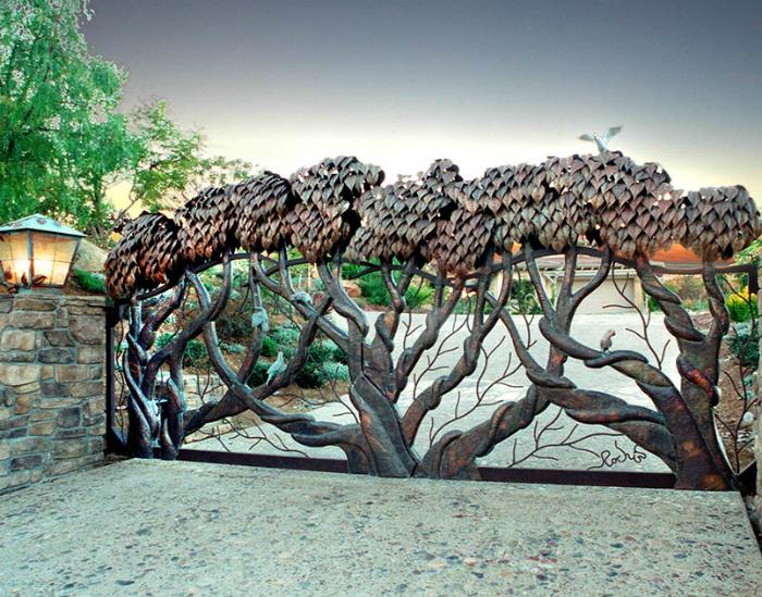 Металлические ворота с объемными изображениями деревьев.