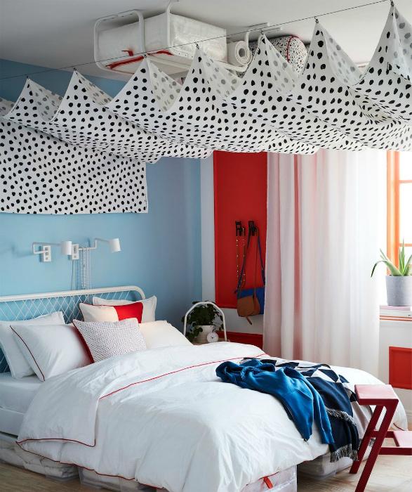 Хранение под потолком. | Фото: IKEA.