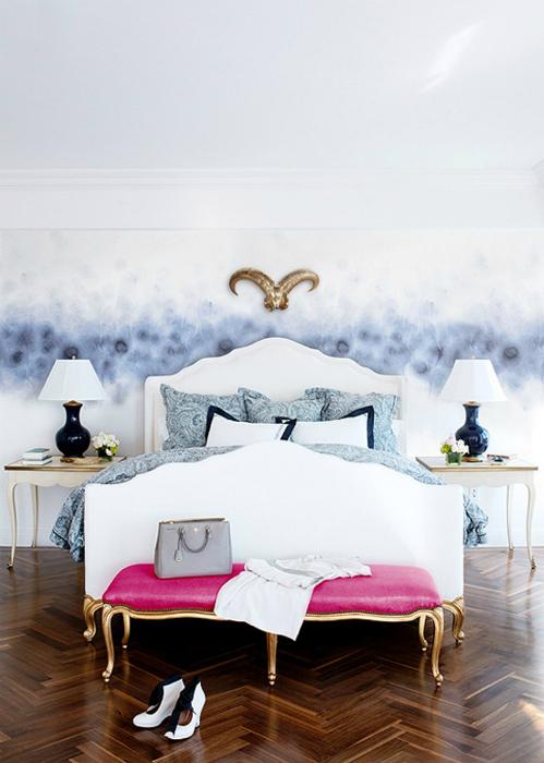 Стильная спальня с необычными обоями.