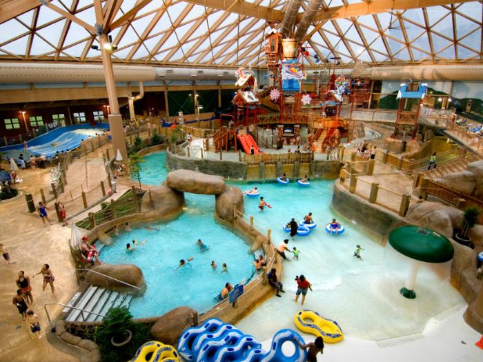 Этот огромный крытый аквапарк работает круглый год и имеет все для прекрасного семейного отдыха - от разнообразных горок, до бассейнов с искусственными волнами для серфинга.