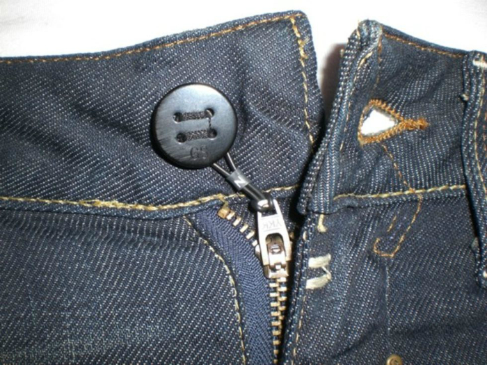 Надежная фиксация молнии брюк.