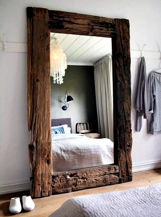 Зеркало в грубой деревянной раме.