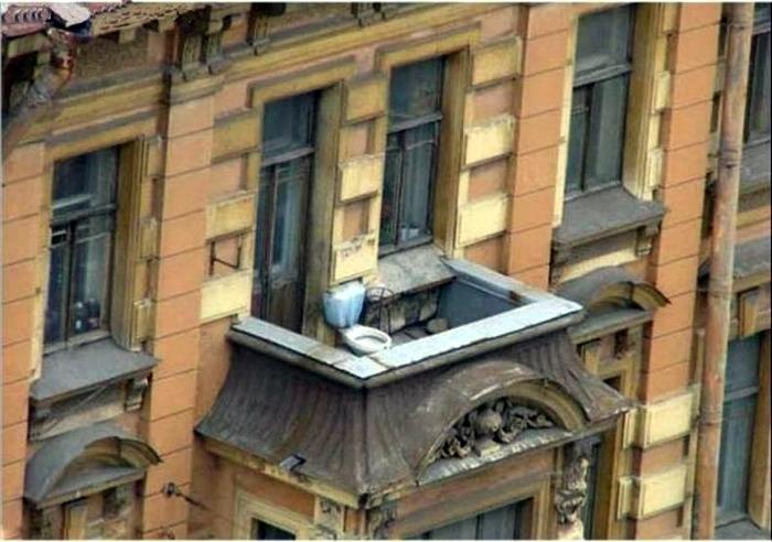 Унитаз на балконе.
