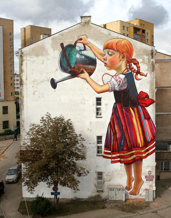 Девочка, которая ухаживает за деревом.