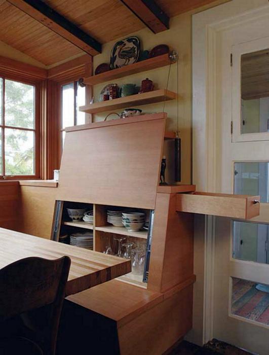Шкаф в спинке дивана. | Фото: Pinterest.