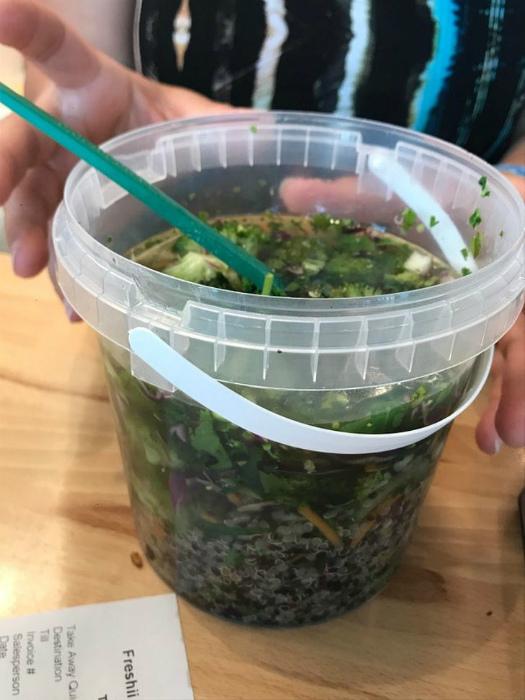 По мнению Novate.ru, подача супа уж слишком неординарная, как для ресторана. | Фото: Podrobnosti.ua.