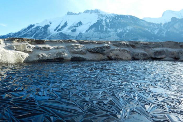 Заледеневший пруд в Швейцарии.