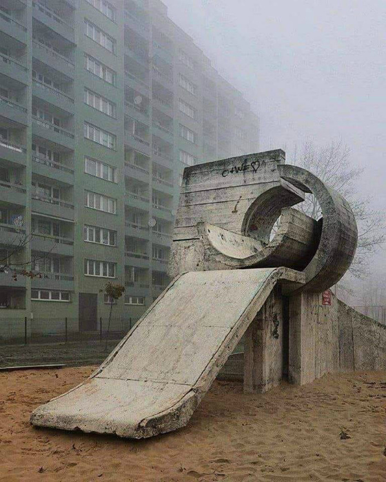 Жизнерадостная детская площадка. | Фото: Reddit.